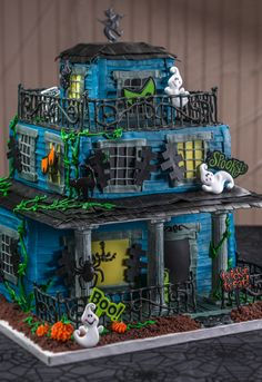 Haunted House cake for a Halloween party centerpiece - click image for the detailed cake decorating tutorial.