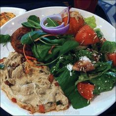La mulukhieh se sirve siempre acompañada con un plato de arroz.
