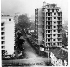 Nos anos 40, a paisagem de Higienópolis em  transformação. Em primeiro plano o cruzamento das ruas Piauí e Sabará. Achado em http://quandoacidade.wordpress.com/2011/12/06/chegam-os-predios/#comment-991