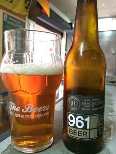 961 Lebanese Pale Ale - uma English Pale Ale de 6,3º ABV, fabricada por Cervejaria Curitiba & Clube do Malte (Brasil).