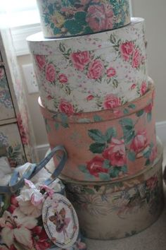 Vintage hat boxes for shabby studio storage Shabby Chic Cottage, Shabby Chic Decor, Vintage Hat Boxes, Fabric Covered Boxes, Decoupage, Ideas Prácticas, Coming Up Roses, Pretty Box, Shabby Chic Furniture