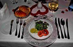 So schön isst das Saarland.  ... Die Vorspeise wäre verzehrbereit, der Wein eingeschenkt. Die restlichen Gänge stehen in den Startlöchern. Und was esst Ihr so ? :-)