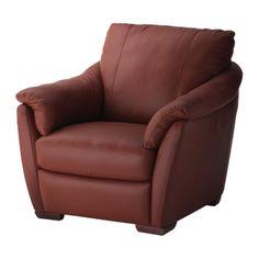 esto sillón rojo està bajo la làmpara. es muy blanda y acogedor