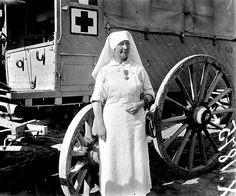 WWI,  12 - 15 July 1917. Juliette Perdou, infirmière décorée de la Croix de guerre à Bergues (Nord), secteur de la 1re armée. archives.ecpad.fr la-feminisation-des-armees