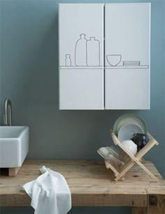Geef de deurtjes van je keukenkastjes een nieuwe look met een laag verf of behang #DIY