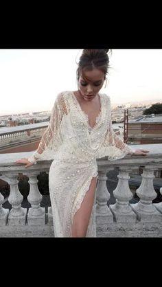 Belki gelinlik belki elbise  ama çok güzel ( maybe ; weddiing dress ot dress but it's very fashinable )