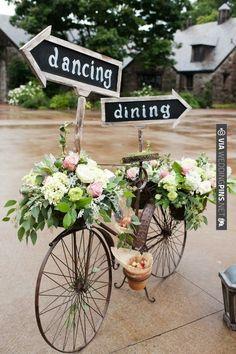 Vélo fleuri pour décoration de mariage champêtre