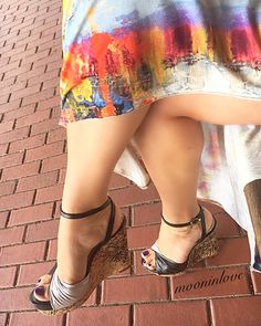 While waiting 🚊 it hit me : if you love someone and you're not sure 🤔 if they truly love you back, That means that you're waiting for a ship 🚢 at the airport 😩😂😂! Oyyy get your priorities straight 😎💃🏻. Sexy Legs And Heels, Hot High Heels, Pies Sexy, Beautiful High Heels, Sexy Sandals, Lovely Legs, Insta Look, Sexy Toes, Female Feet