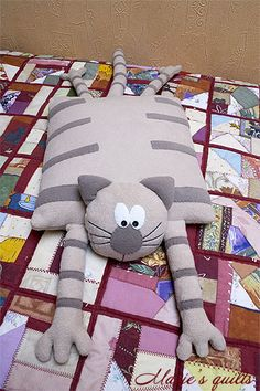 Cats Toys Ideas - Chats - Ideal toys for small cats Sewing Pillows, Diy Pillows, Sewing Toys, Sewing Crafts, Baby Sewing, Free Sewing, Ideal Toys, Cat Quilt, Cat Pillow