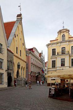 Praça Central (Town Hall Square) - #Tallinn, capital da #Estónia, no golfo da Finlândia, nas margens do #Báltico, é um lugar muito apreciado pelos turistas, pelo ambiente medieval ali recriado  http://lgb-foto.blogspot.pt/2014/03/tallin-estonia.html
