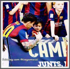 Thiago Messi : Olá,  Nessa foto Titi estava ameaçando uma pirraça, pq papai não deixou ele comer os confetes rs, mas Leo logo tratou de recolher confetes pro pequeno, e ele ficou brincando de arremeçá-los dentro da taça.  Bjs   thiagomessi