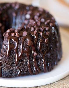 Ένα υπέροχο, αφράτο υγρό και πλούσιο σε γεύση σοκολατένιο κέικ καλυμμένο με γκανάς σοκολάτας, γαρνιρισμένο με σταγόνες σοκολάτας για τριπλή σοκολατένια από