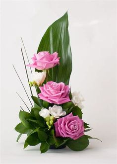 Tropical Flowers, Tropical Flower Arrangements, Creative Flower Arrangements, Flower Arrangement Designs, Ikebana Flower Arrangement, Church Flower Arrangements, Rose Arrangements, Beautiful Flower Arrangements, Exotic Flowers