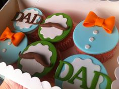 Cupcakes con pajaritas y bigotes de fondant para el Día del padre - Father's Day cupcakes decorated with fondant bowties and mustaches