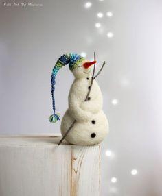 Diese kleine gefilzte Schneemann wurde vor ein paar Tagen in Sofia geboren, obwohl es kein Schnee noch. Er ist aus Wolle und hat eine lange blaue Schlafmütze. Für meine verträumte weiße Schneemann habe ich Nadelfilz Techniken und 100 % reinen bulgarischen wolle. Ich färben die wolle