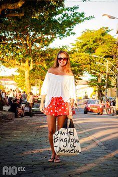 | Look Verão e Praia: Camiseta Ombro a Ombro + Mini Saia |