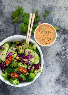 Thaisalat med edamamebønner og peanutbutterdressing gør kål sexet og uimodståeligt lækkert! Ja, der er nærmest ingen grænser for, hvad sådan en peanutbutterdressing kan gøre. Ikke nok med at den smager…