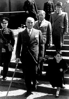 Mustafa Kemal Atatürk-Mädchen-und-geistig-of-Land - Pin This Hakuna Matata, Special Wallpaper, Special Images, Photo Quotes, History Facts, History Quotes, Photo Wallpaper, Cute Photos, Portrait