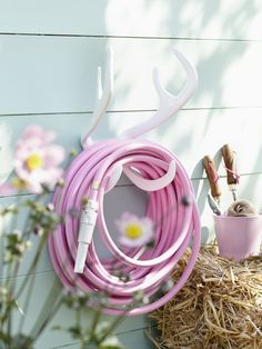 Garden Glory Reindeer wall mount in white with Candy Crush garden hose. Wonderful image from latest issue of Living at Home Germany.