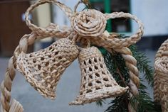bo Willow Weaving, Basket Weaving, Corn Dolly, Straw Art, Newspaper Art, Framed Art, Burlap, Art Pieces, Recycling
