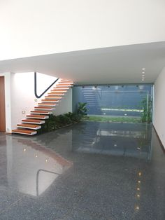 Se trató  de un proyecto para la remodelación y ampliación de una casa de los años 50 en Caracas.  Siendo fiel a la arquitectura original de la vivienda, usamos como premisa fundamental, transformar la casa dotándola del confort actual sin  perder su espíritu moderno.