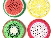 Colourful fruity potcoasters to brighten up your kitchen. Crochet Accessories Free Pattern, Red Pattern, Bedroom Accessories, Crochet Home, Pot Holders, Colours, Sorting, Crochet Ideas, Squares