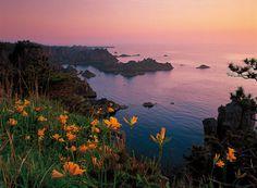 """pamandjapan:  尖閣湾 (Senkaku Bay) The Senkaku Bay in Sado, Niigata is one of the island's most famous and scenic coastlines. It is found directly to the north of Aikawa.  """
