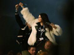 Kendall Jenner au Festival Glastonbury manteau de fourrure blanc look de Festival