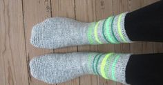 Så har jeg endelig fået lavet en grundopskrift på mine hæklede sokker. De er hæklet i fastmasker, så de er meget nemme at lave, og k... Crochet Slippers, Chrochet, Drops Design, Crochet Clothes, Mittens, Free Crochet, Nepal, Diy And Crafts, Women Accessories