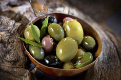Le proprietà benefiche delle olive e la ricetta per preparare una gustosa salsa