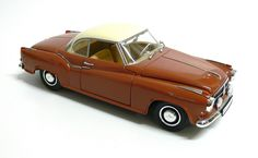Modellauto / Standmodell von Revell 1:18 2- farbig, beige, braun unbespieltes Vitrienenstück $30.00