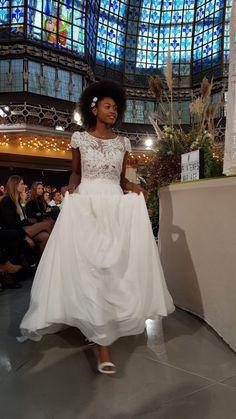 Défilé Mariage des collections 2019 organisé par Le Printemps, à Paris. Je vous montre tous les modèles de robes de mariées et de costumes dans mon article! Costumes, Wedding Dresses, Fashion, Dress Ideas, Spring, Watch, Gowns, Bride Dresses, Moda
