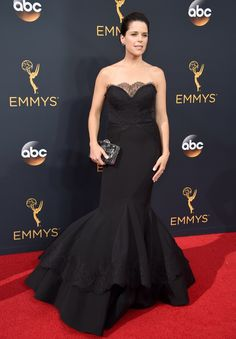 Neve Campbell por Christian Siriano. Emmy's 2016.