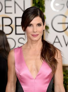 Sandra Bullock wore a side-parted low ponytail and mauve pout at the Golden Globes