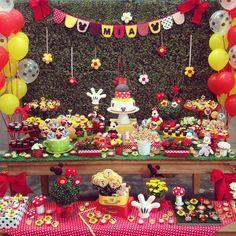 """Por Cris Rezende  no Instagram: """"Fofura de decoração no tema Mickey. Pic @minimimofestas      #festejarcomamor #festainfantil #festamenina #festamenino #festameninoemenina #maedemenino #maedemenina #mickey #festamickey #mickeymouse #festamickeymouse #lembrancinhamickey #decoracaomickey"""""""