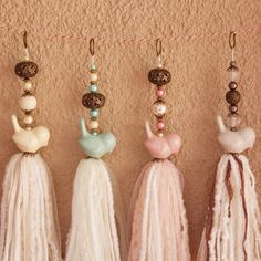 Good use of animal beads Diy Craft Projects, Diy And Crafts, Arts And Crafts, Polymer Beads, Lampwork Beads, Diy Tassel, Tassels, Weaving Textiles, Vintage Crafts