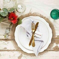 Dica do dia! Opção de mesa decorada para um casamento rústico. Tutorial 1- Saco de estopa (ou juta na região sudeste… o famoso saco de feijão) 2- Água e polvilho fazer um mingau ( 4 colheres de sopa de polvilho com um copo de 200 ml de água. Misture...