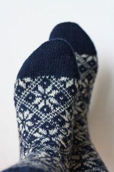 Knit: Socks cosy socks Easy Diy Railings - Aluminum Railings The article tells you how you can easil Fair Isle Knitting, Knitting Socks, Baby Knitting, Knitting Projects, Crochet Projects, Knitting Patterns, Lots Of Socks, Cosy Socks, Holiday Socks