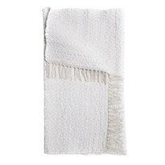 Der dezent gemusterte Teppich Tvärnö in stilreinem Weiß wird von der schwedischen Textilmarke Himla produziert. Bestellbar in verschiedenen Breiten und Längen.