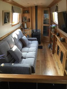Houseboat Interiors Ideas Like No Other - The Urban Interior Canal Boat Interior, Yacht Interior, Narrowboat Interiors, Houseboat Living, Floating House, Tiny House Movement, Rustic Design, Sofa Bed, Couch