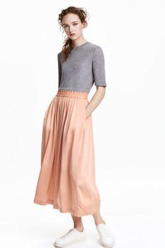 H&M Satin Culottes Skirt Trend xs 0 p peach midi wide trousers Culottes Skirt, Culottes Outfit, Midi Skirt, Satin, Tie Up Espadrilles, Wide Trousers, Couture, School Fashion, Affordable Fashion