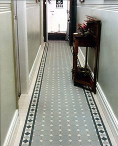 احدث ديكورات مدخل المنزل Carpets of tiles in vestibules - décoration intérieur Edwardian Hallway, Edwardian House, Hall Tiles, Tiled Hallway, Attic Renovation, Attic Remodel, Porch Tile, Flur Design, Hall Flooring