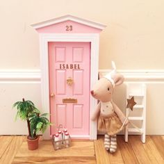 Take a look at this refreshing dollhouse tutorials - what an imaginative project Miniature Crafts, Miniature Fairy Gardens, Kids Study Desk, Unicorn Duvet Cover, Dollhouse Tutorials, Dollhouse Ideas, Fairy Room, Tooth Fairy Pillow, Cute Mouse