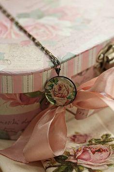 rosecottage.quenalbertini2: Vintage Box | Ana Rosa