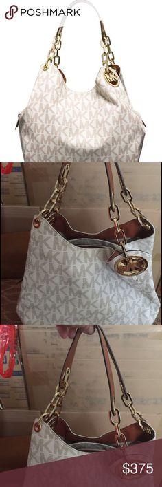 Vanilla and gold MK purse💙✨ In great condition, so cute. Michael Kors Bags