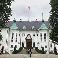 Marselisborg Slot ligger i Aarhus og blev opført i 1899-1902 som en del af Aarhus bys bryllupsgave til det daværende tronfølgerpar, sidenhen Kong Christian X og Dronning Alexandrine. I 1967 blev Marselisborg Slot overdraget til tronfølgeren Prinsesse Margrethe og Prins Henrik, som i dag blandt andet benytter slottet som sommerresidens.