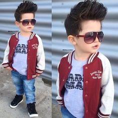 Y este niño no solo tiene buen estilo, sino que también tiene un corte de cabello perfecto.   21 Niños que tienen mejor estilo que tú