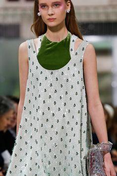 Paris Fashion Week: Valentino Spring/Summer 2018 Ready To Wear Runway Fashion, High Fashion, Fashion Show, Paris Fashion, Valentino, Fashion Colours, Fashion Details, Vogue Paris, Fashion Week 2018