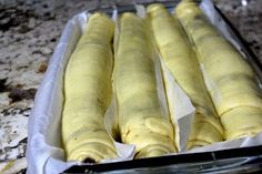 Sastojci:  600 g brašna 100 g šećera 100 g masti ili putera sobne temperature 3 dcl toplog mleka 2 žumanca 8 g suvog kvasca ili 20 g ...