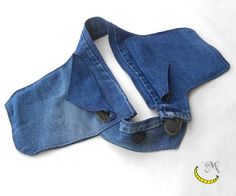 Waist bag of jeans fabric with cotton inserts, has two side pockets and double buttons to adjust the circumference (you can increase your waist size increasing the strap length which serves as a buttonhole - just insert the desired length in the notes at the time of purchase). Practical, comfortable and stylish ... you will always have your hands free !!! :) 100% creative recycling.  All fabrics of this creation are from desused cloth. Follow me on fb: https://www.facebook.com/MaliceCrafts/